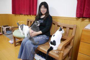 姉の横にちょこんと座るナカちゃん